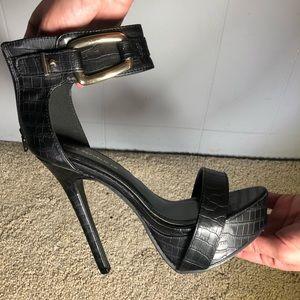 Black pumps heels gold hardware 8 Shoe Republic LA